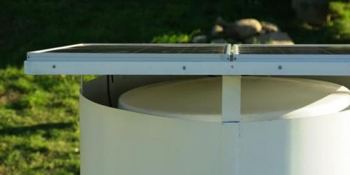 Detalle de los paneles solares y tapa de depósito